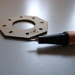 Bastelsatzteile an Bruchkante nachmalen