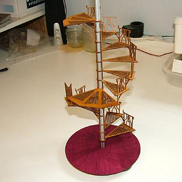 DAMASU Bastelsatz gotische Pyramide Treppe