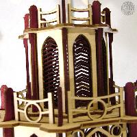Pyramiden mit Kerzenlicht werden für die Weihnachtszeit im Weihnachtsland in Sachsen hergestellt.